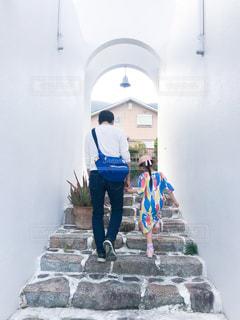 小豆島 サントリーニ風の階段を上がる父娘の写真・画像素材[2206966]