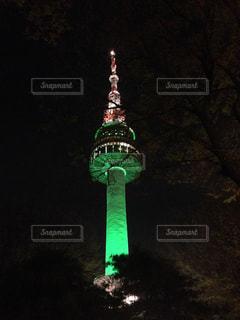時計塔は、バック グラウンドで N ソウルタワーで夜ライトアップの写真・画像素材[1197677]