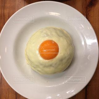 皿の上の白い卵の写真・画像素材[759518]