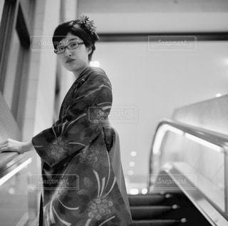 カメラにポーズ鏡の前に立っている女性 - No.815966