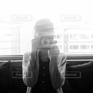 カメラにポーズ鏡の前に立っている男の写真・画像素材[815968]