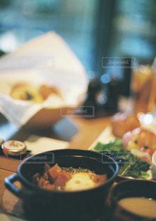 テーブルの上に食べ物のボウルの写真・画像素材[1145862]