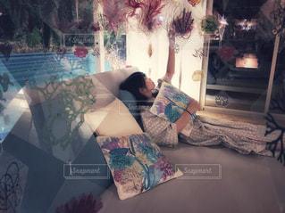 リビング ルームの家具と暖炉でいっぱいの写真・画像素材[1212627]