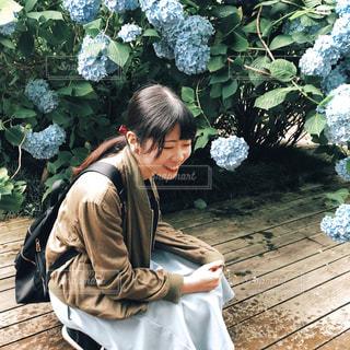 ベンチの横に立っている人の写真・画像素材[1246469]