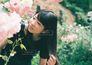 花を持っている人の写真・画像素材[1248955]