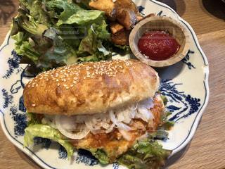 白プレート、サンドイッチとサラダをトッピングの写真・画像素材[1270841]