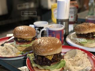 近くの皿にサンドイッチをの写真・画像素材[1272292]