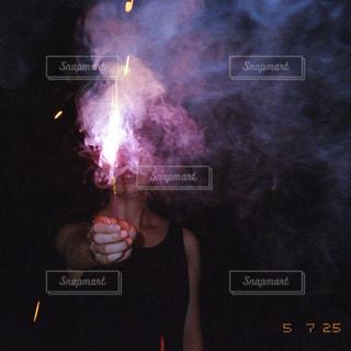 火にしている人の写真・画像素材[1313383]