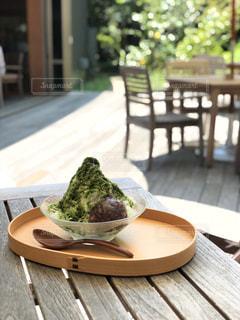 木製テーブルの上に座って食品のプレートの写真・画像素材[1364629]