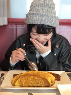 食品のプレートをテーブルに着席した人の写真・画像素材[1645895]