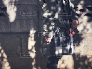 建物の前に立っている人の写真・画像素材[1748685]