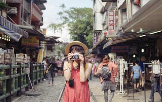 通りを歩いている人の写真・画像素材[1816398]