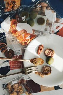 皿の上にたくさんの食べ物をの写真・画像素材[3024930]