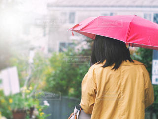 女性,雨,傘,屋外,後ろ姿,鮮やか,梅雨,雨の日,赤い傘