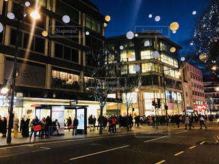 街の通りを歩いている人のグループの写真・画像素材[1200987]