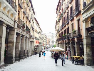 街の通りを歩いている人のグループの写真・画像素材[1218594]