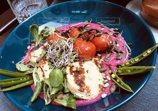 テーブルの上に食べ物のプレートの写真・画像素材[1270970]