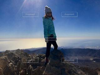 山頂に立っている女性の写真・画像素材[1414459]
