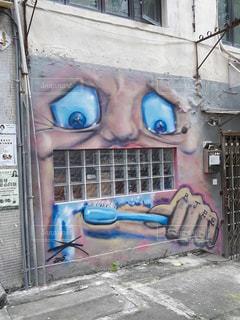 建物の側面に落書きの写真・画像素材[2230468]