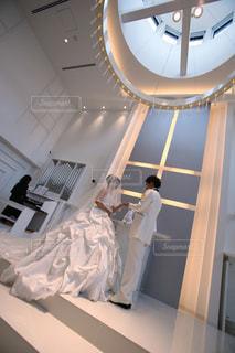 カメラにポーズ鏡の前に立っている人の写真・画像素材[1246291]