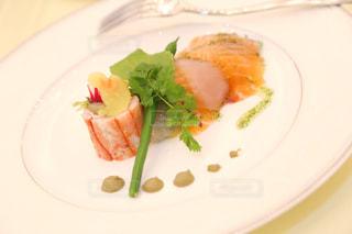 肉と野菜をトッピング白プレートの写真・画像素材[1252001]