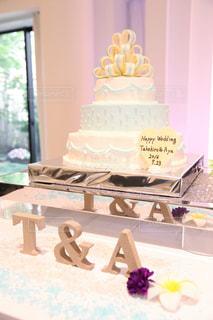 テーブルの上に座っているケーキの写真・画像素材[1252002]