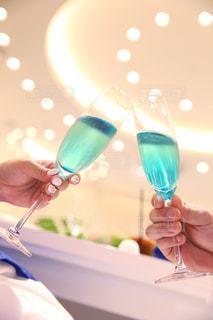 ワイングラスを持つテーブルに着席した人の写真・画像素材[1252005]