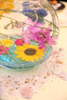 テーブルの上に座っているケーキの写真・画像素材[1252007]
