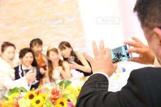 携帯電話で捜している人々 のグループの写真・画像素材[1252018]