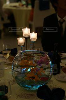 ワイングラスを持つテーブルに着席した人の写真・画像素材[1252020]