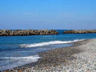 海の横にある岩のビーチの写真・画像素材[1253686]