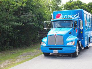 青バスが道路の脇に駐車の写真・画像素材[1253690]