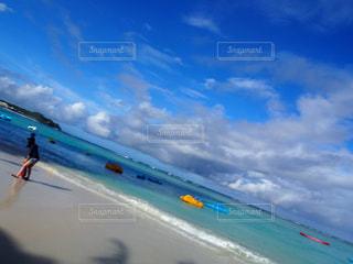 浜辺で凧の飛行の人々 のグループの写真・画像素材[1253692]