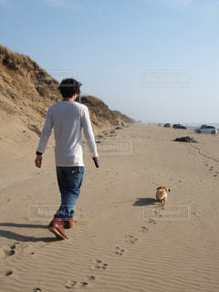 砂浜の上に立っている人の写真・画像素材[1253768]