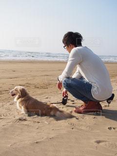 男とビーチで犬の写真・画像素材[1253773]