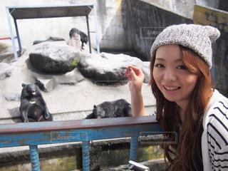 動物を保持している女性の写真・画像素材[1264276]
