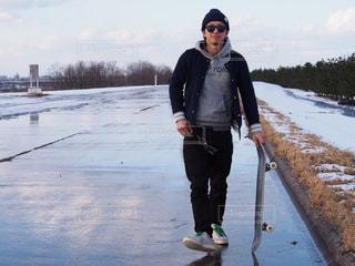雪の中に立っている男の人の写真・画像素材[1264280]