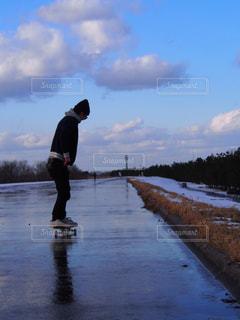 水の側をスケート ボードに乗って男の写真・画像素材[1264281]