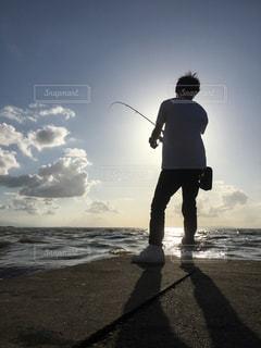男性,海,空,夕日,雲,水,波,影,シルエット,人物,人,釣り
