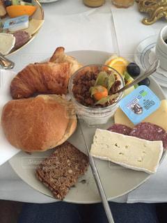 テーブルの上に食べ物のプレートの写真・画像素材[1278766]