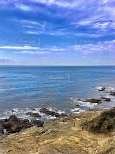 水の体の横にある岩のビーチの写真・画像素材[1217435]