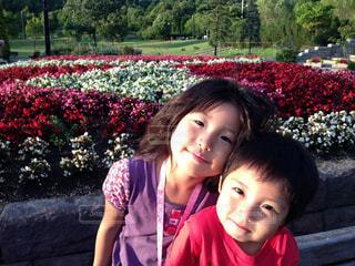 お花の前でお姉ちゃんと一緒の写真・画像素材[1392307]