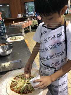 ピザを切る少年の写真・画像素材[2714195]