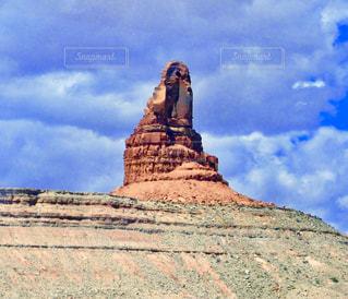丘にたつ岩の写真・画像素材[1223189]