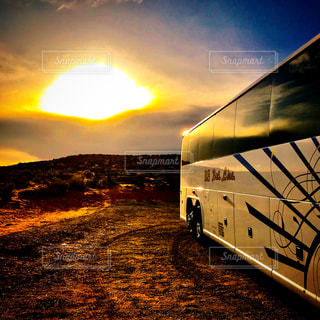 乗り物,夕日,カラフル,雲,夕暮れ,アメリカ,旅,バス,オレンジ色,アリゾナ,ホースシューベンド
