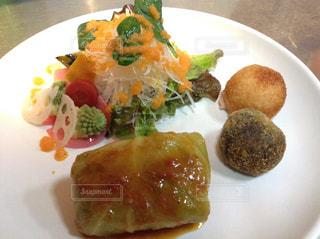 テーブルの上に食べ物のプレートの写真・画像素材[1284504]