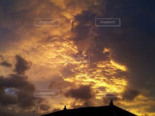 建物,夕日,赤,雲,夕焼け,夕暮れ,曇り空,黄昏,金色
