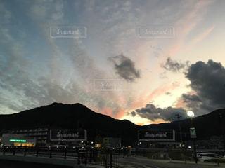 空,夕日,雲,夕焼け,夕暮れ,曇り,曇り空,黄昏,茜色,秋空,黄昏れ