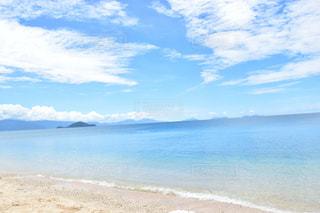 水の体の横にある砂浜のビーチの写真・画像素材[1217332]