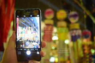 携帯電話を持つ手の写真・画像素材[1286927]